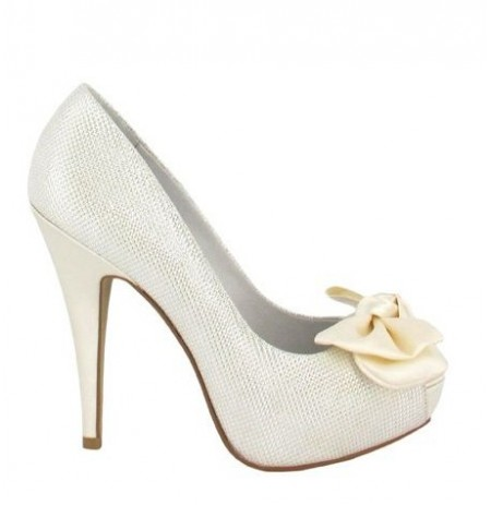 Trendy bridal shoes with satin bow
