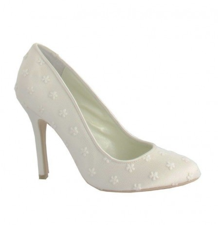 Classic ivory lace bridal shoes